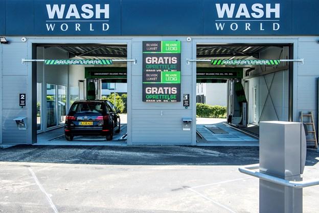 Bilvaskehallen i Gug kan vaske to biler ad gangen.