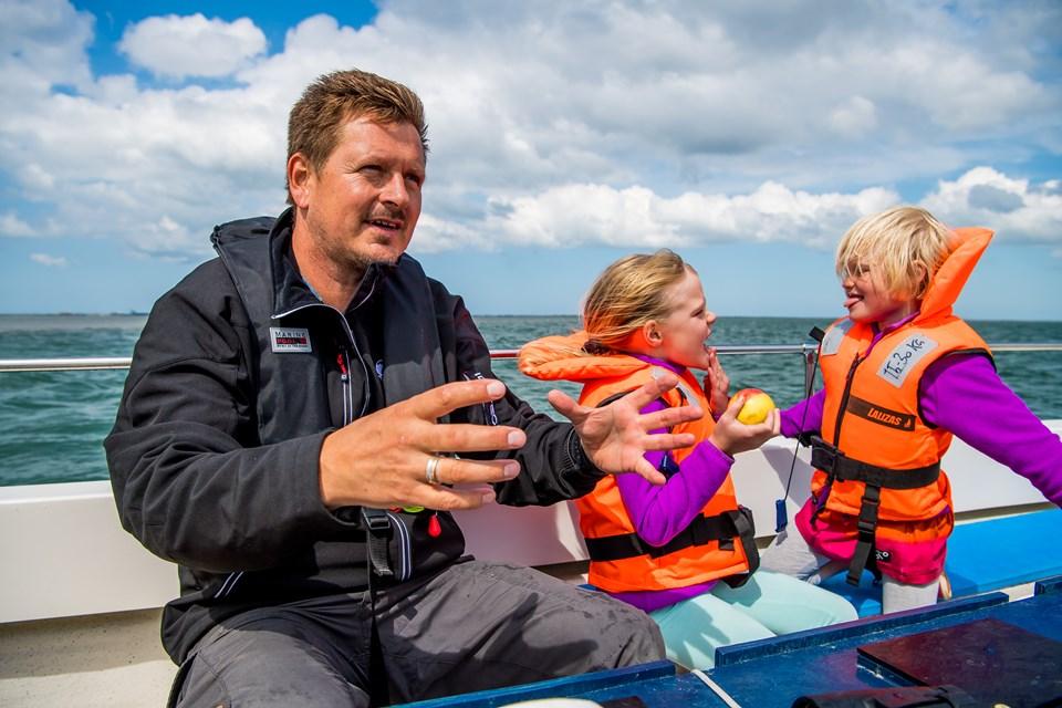 Michael Madsen er både guide og indehaver af Jyllandsakvariet i Thyborøn. Udover sælsafari arrangerer de også hvalsafari, hvor man kan være heldig at se hvalarterne marsvin og hvidnæsen.