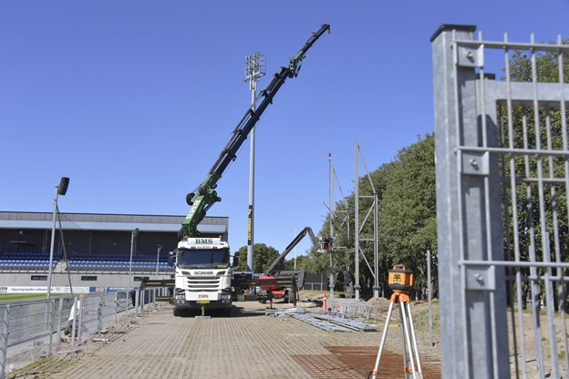 Mandag var de ved at bygge holder til ny storskærm, og tirsdag begynder man at bygge en ståtribune, hvor lastbilen holder.