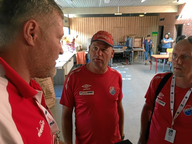 Anders Brandt - formand for FfI Fodbold - overrækker jubilæumsgaven - et par Harald Nielsen-trøjer til Eigers trænere Bjørn Olav Jondal og Roy Eleasson.