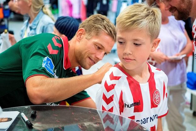 Kasper Risgaard i gang med autografskrivningen. Foto Lars Pauli