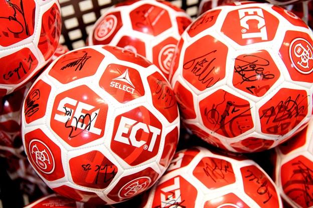 Der var gratis fodbolde med autografer til de første, der mødte op. Foto: Lars Pauli