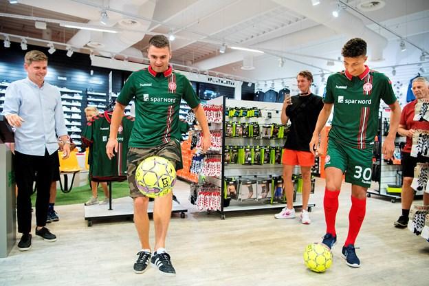 En lille konkurrence. Hvem kan jonglere med bolden i lige så lang tid som AaB'erne. Foto: Lars Pauli