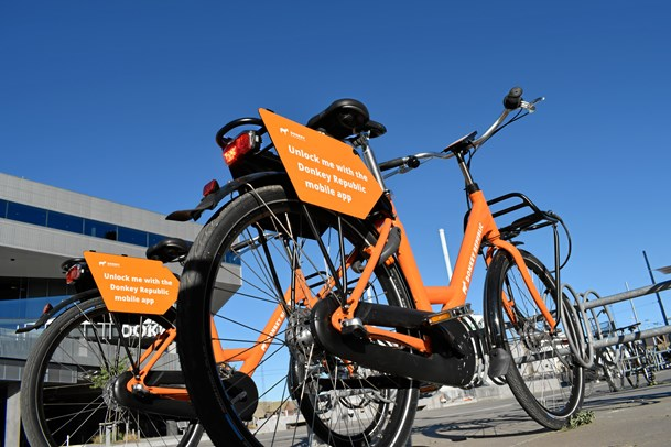 Lej en orange cykel