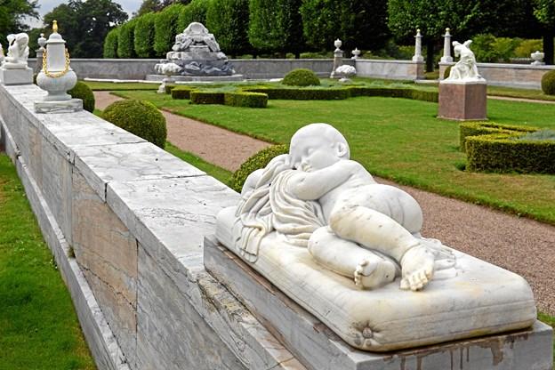 Et dusin fotografier fra den kongelige skulpturhave i Fredensborg, hvor der normalt ikke er adgang for publikum, udstilles i Lægehuset i Biesgade.         Foto: Niels Reiter