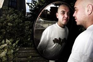 Dj og rapper Jeppe Bisgaard, søn af Hans Otto Bisgaard, er død, 47 år gammel. Det oplyser familien.