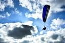Paraglider styrtede ned i gylletank