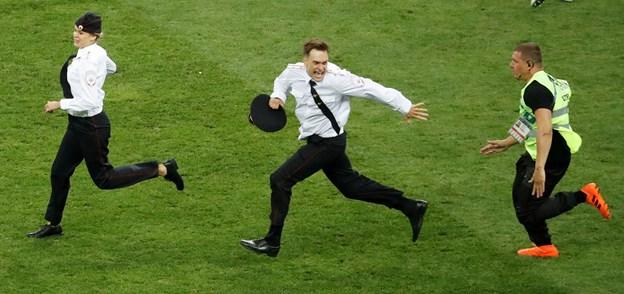 Løb på banen under VM-finalen: Her er straffen