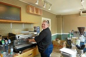 Bettina har købt Kaffebørsen i Hobro - nu går hun i lære som kaffedrikker