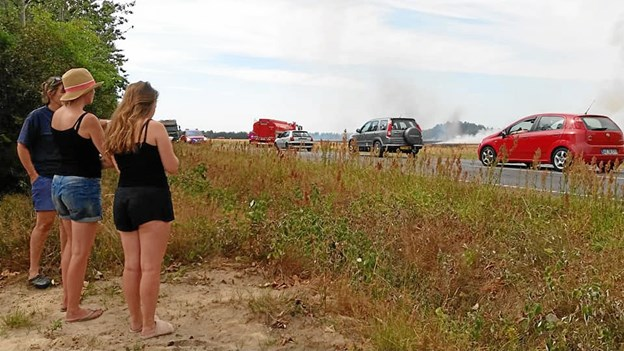 Mejetærsker satte ild til større markareal: Masser af brandfolk tilkaldt