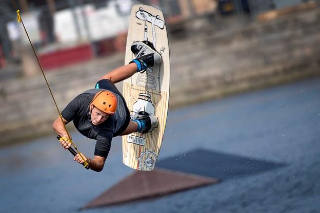 Kenneth Espensen føler sig i det helt rette element, når han dyrker sin passion og sport i bassinet i Østre Havn.