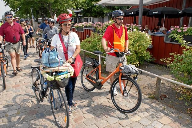 Cykelguiden Charlotte med vikinge-cykelhjelm viser krydstogtgæsterne lystbådehavnen og Kystens Perle i Vestbyen. Foto: Ole Skouboe