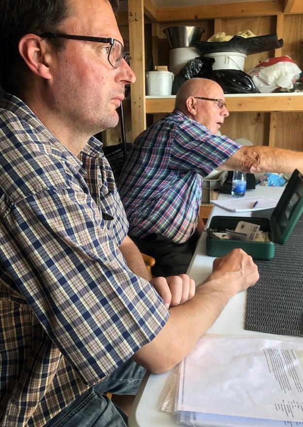 """Rasmus """"Mus"""" Grøntoft (t.v.) og Preben Kristensen tog imod pengene. Mange valgte at bruge mobilePay. Foto: Carsten Hougaard"""