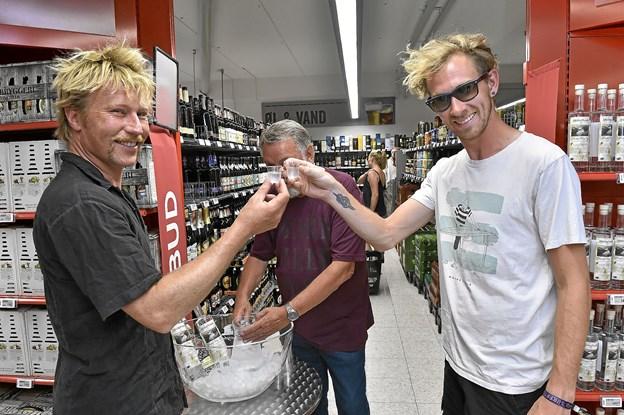 De to venner Peter Sørensen (tv) flyttede til VØ fra København for et år siden og Steen Subritzky fra Ringkøbing for tre år siden, kunne godt lide den nye Niels og Sinne gin. Foto: Ole Iversen