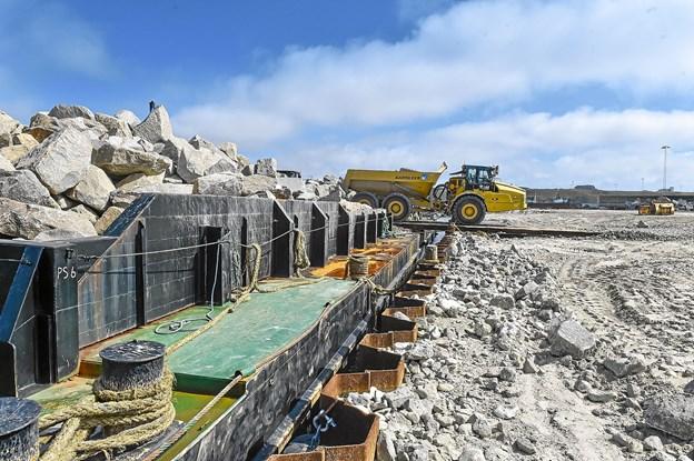 Med den nye arbejdshavn, kan de store dumpere nærmest køre direkte ud til byggepladsen for vestmolen. Foto: Ole Iversen