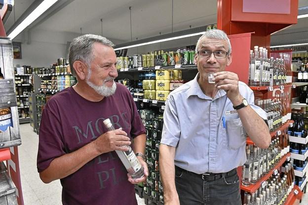 Formand for bestyrelsen i N&S Univers Kim Poulsen ville også have en smagsprøve på den nye gin. Foto: Ole Iversen