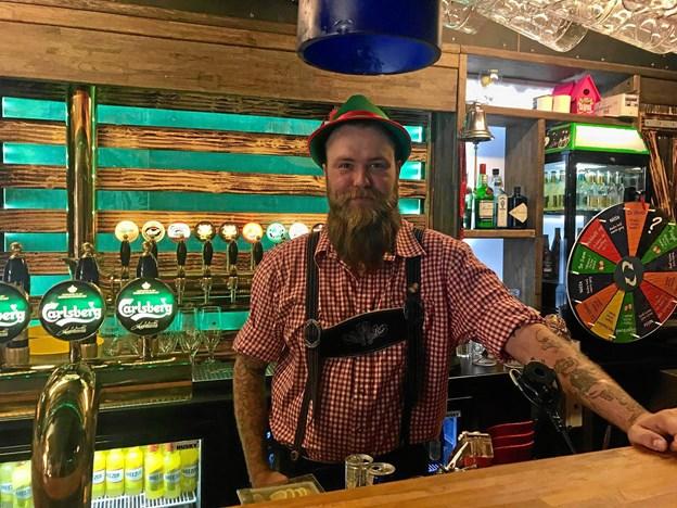 Stefan Lybek er bartender på Zwei Grosse Bierbar. Foto: Katrine Brix