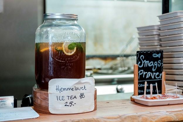 Fish & Chips byder på hjemmelavet Ice Tea.