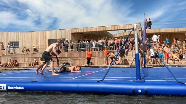 Du kan også spille badminton på en stor flydende bane. Foto: Waater