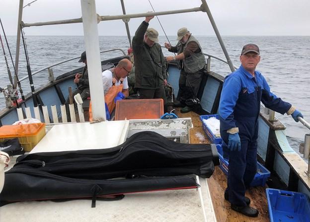 Skipper Thøge Munk Jensen giver også gerne en hånd med, når pirken har bidt sig fast i havbunden.