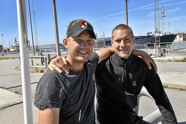 Skipper og projektleder Jesper Steenberg Larsen (tv) og Jon Bæhre blev tilbage i Hanstholm, da Veteranen var sejlet videre nordpå. De skulle til Kolding for at hente reservededele. Foto: Ole Iversen