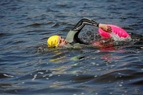 Kvinde svømmer fra Asaa til Sverige