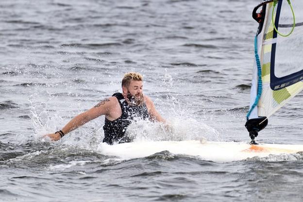 Det hænder, at man ryger en tur i baljen, når man windsurfer på livet løs, men Henrik Jespersgaard er hurtigt oppe på sit surfboard igen.