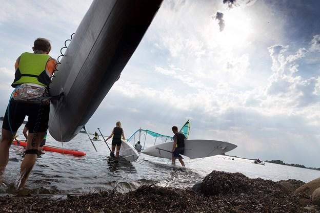 Der gives naturligvis også undervisning i stand up paddle, og her er nogle af eleverne på vej ud på vandet for at prøve de teoretiske lektioner af i praksis.