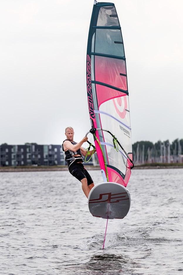 Martin Mygdam er formand for windsurferklubben, og han mestrer om nogen kunsten at flyve på vandet på et hydrofoilboard. Man svæver gerne op til en halv meter over vandet, når man windfoiler.