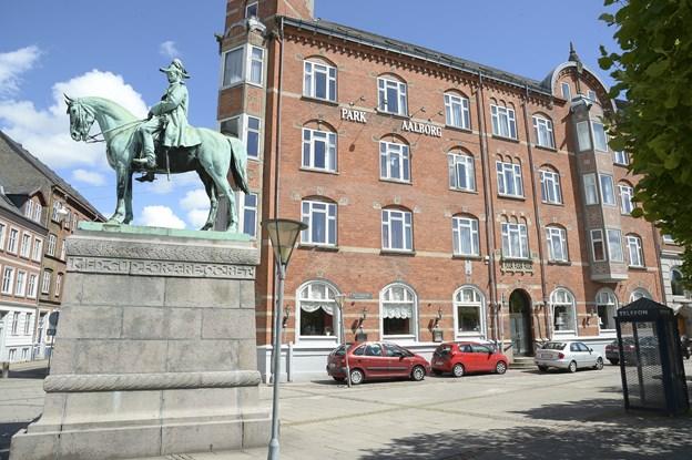Bygningen ligger kun et stenkast fra Aalborg Banegård og husede i mange herrens år Park Hotel Aalborg. Arkivfoto: Michael Bygballe