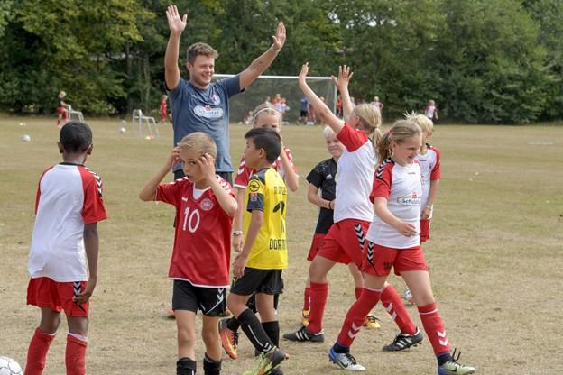 Cheftræner Morten Bertelsen og et hold, der trænede en øvelse, hvor der var mange hold på banen - alle var sammen to og to. Foto: Henrik Louis