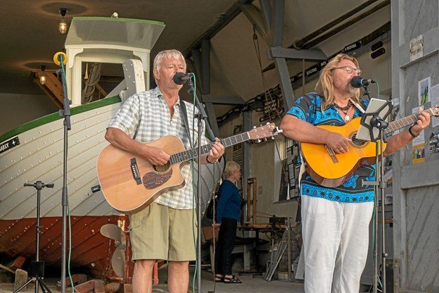 I pausen underholdt Hans Melgaard og John Becker med viser og sange som publikum sang med på. Foto: Niels Helver