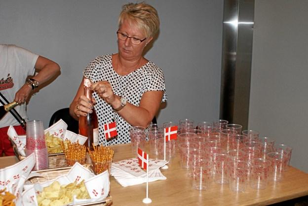 Mette Nygaard Jørgensen, formand for støtteforeningen for Gug Rope Skipping, er klat´r med bobler og snacks i lufthavnen. Foto: ole Skouboe