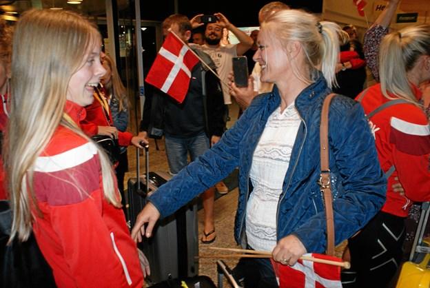 Forældre og venner var mødt op for at modtage holdet. Foto: Ole Skouboe