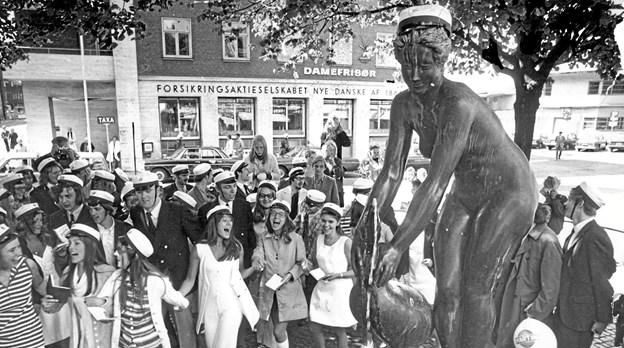 Det er langt fra nogen ny opfindelse, at man dekorerer lidt på byens kendte figurer. I 1971 fik Gåsepigen f.eks. lov at låne en studenterhue. Arkivfoto: Jens Morten