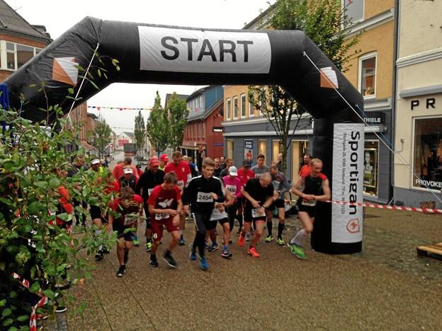 Som sædvanlig skydes Hadsundløbet i gang ud for Sportigan i Storegade. Privatfoto
