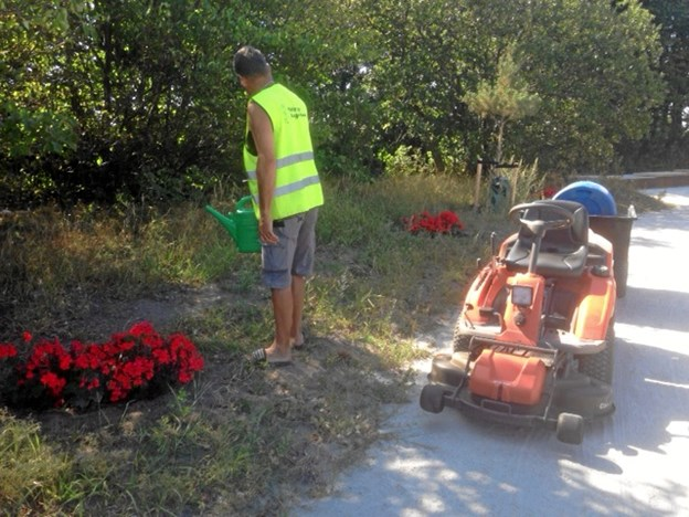 Frivillige i Møldrup har gjort en ekstra indsats for, at byen selv i tørke ser blomstrende ud. Privatfoto