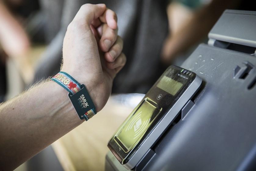 Selv om Smukfests chiparmbånd sikrer hurtigere, nemmere og sikrere overførsler, bevares kontant betaling.