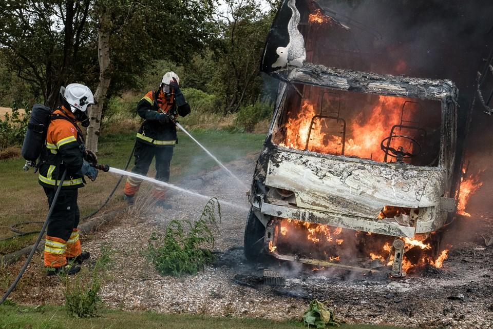 Her bliver der arbejdet på højtryk for at slukke ilden i Autocamperen. Der opstod ingen problemer. Foto: Bo Lehm