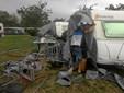 Kraftigt blæsevejr: Træer på kørebanen og telte brast sammen