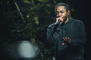 Den amerikanske rapper fremstod mat stort set fra start til slut og tog den på rutinen, mener anmeldere.