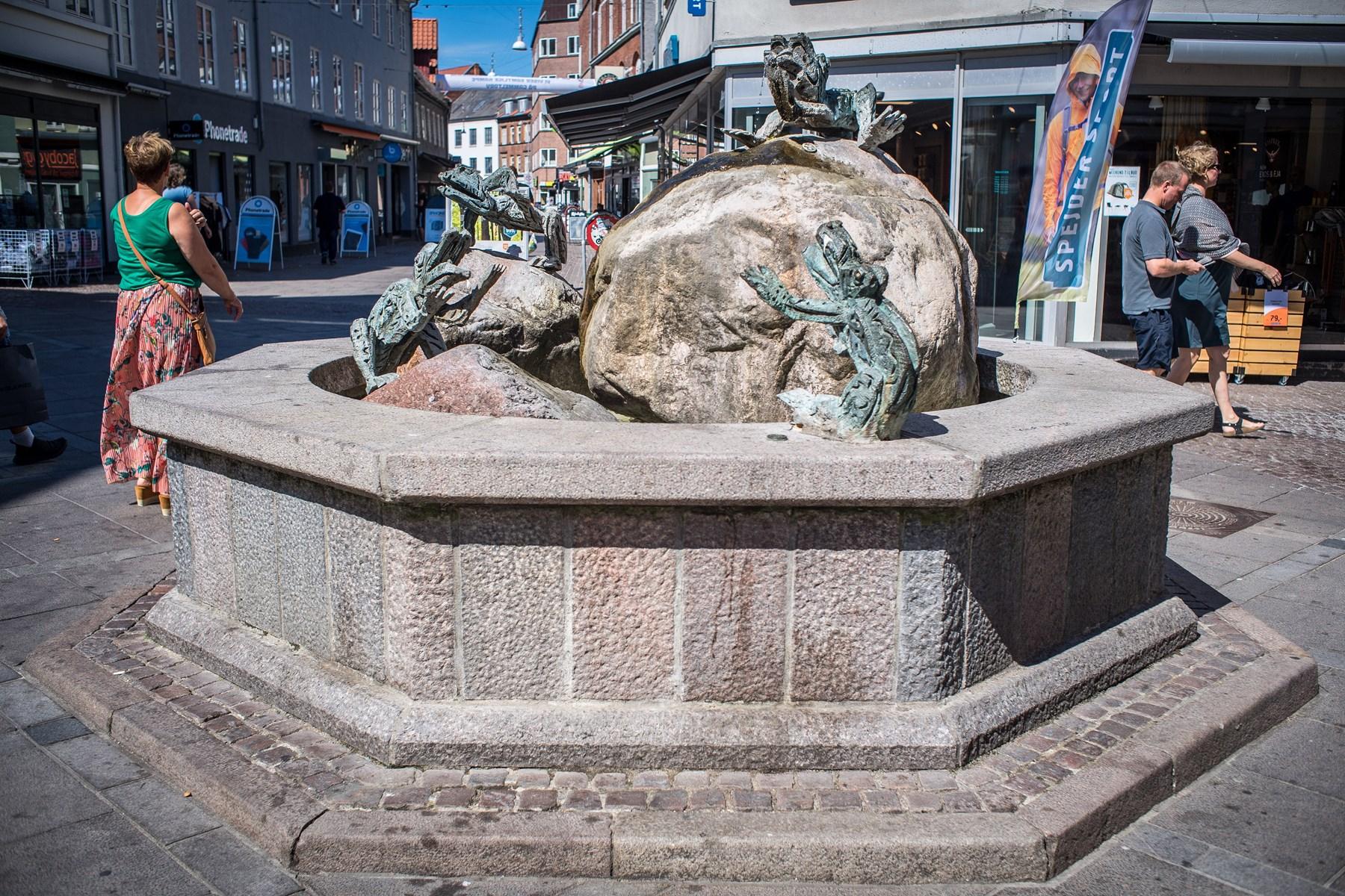 Vandkunsten Springtudser - i daglig tale ofte Frøspringvandet - i Bispensgade er udført af Aalborg-kunstneren Jørn Særker Sørensen.