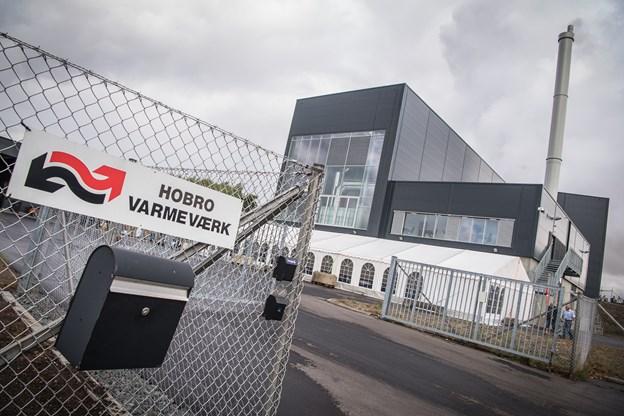 Hobro Varmeværk havde lørdag stort rykind til sit åbent-husarrangement på Lupinvej 21, hvor et nyt stort flisværk er skudt op.?Foto: Martin Damgård