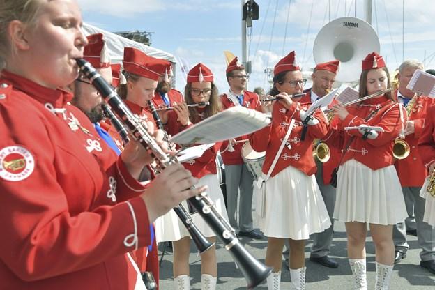 Sæbygarden åbnede havnefesten med optog gennem byen og musik på kajen i Strandby Havn.