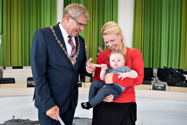 Arne Boelt hilser på Conrad og Kivie Jespersen. Foto: Henrik Louis
