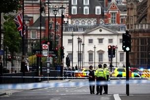 Bil brager ind i afspærring ved parlamentet i London