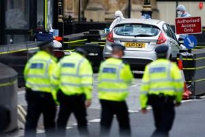 29-årig brite er anholdt på mistanke om at forberede en terrorhandling. Britisk politi ransager tre huse.