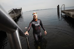 Eventyrlyst og nysgerrighed er nøglen for Lars Simonsen, der har svømmet 467 kilometer langs Vestkysten.