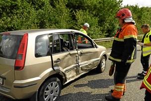 Hovedvej spærret: Lastbil ramte personbil