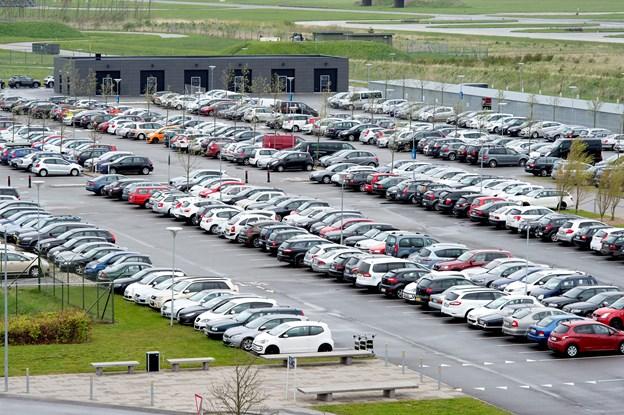 Mand fik et ærgerligt opkald fra Aalborg Lufthavn: Der er ingen hjul på din bil